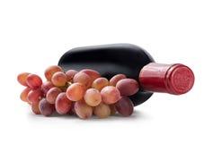 Виноградины и бутылка вина Стоковые Фотографии RF