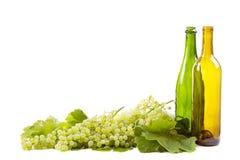 Виноградины и бутылки на белизне стоковое фото rf