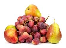 Виноградины и груши на белой предпосылке Стоковые Фото