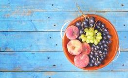 Виноградины и персики, плоское положение на деревенской таблице, хороший экземпляр s Стоковые Изображения