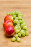 Виноградины и персики Стоковое фото RF