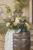 Виноградины на вазе около цветков и бутылки лозы Стоковая Фотография RF