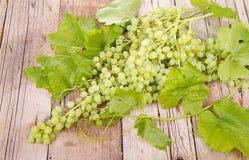Виноградины на деревянной планке стоковая фотография