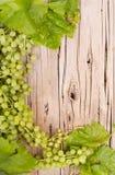 Виноградины на деревянной планке стоковые фотографии rf