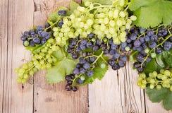 Виноградины на деревянной планке стоковое изображение