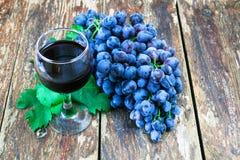 Виноградины на старой деревянной таблице Стоковые Фотографии RF