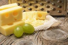 виноградины сыра изолировали белизну стоковые изображения rf