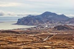 Виноградники, гребень Karadag горы, деревня Koktebel и Koktebel преследуют Стоковое фото RF