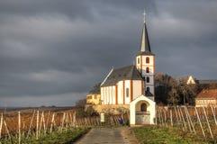 Виноградники с церковью в Hochheim, Германии стоковая фотография rf