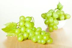 Виноградное вино и зеленые виноградины Стоковое Изображение