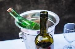 Вино бутылки на таблице Стоковая Фотография RF
