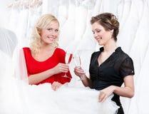 вино девушок 2 питья шампанского стоковые изображения rf
