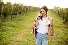 Вино дегустации молодой женщины в винограднике Стоковые Изображения RF
