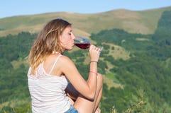 Вино девушки выпивая на пешем отключении Стоковые Фото