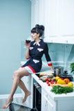 Вино девушки выпивая на плите Стоковые Фото