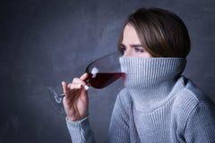 Вино девушки выпивая с воротником на ее стороне конец вверх Серая предпосылка Стоковые Фото