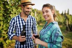 Вино дегустации женщины в винограднике Стоковые Изображения
