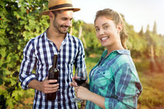 Вино дегустации женщины в винограднике Стоковое Фото