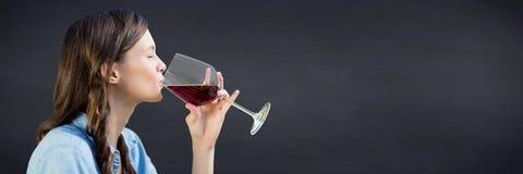 Вино дегустации женщины против доски военно-морского флота Стоковое Фото