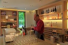 Вино дегустации сомелье, замок Sainte Roseline в Провансали стоковое фото