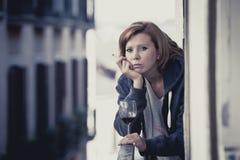 Вино депрессии молодой женщины страдая выпивая outdoors на балконе Стоковые Фотографии RF