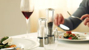 Вино женского вкуса красное в стекле видеоматериал