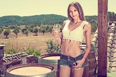 Вино женщины выпивая outdoors Стоковое Изображение RF