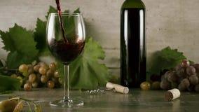Вино замедленного движения красиво для того чтобы полить в стекло натюрморта сток-видео