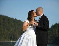 вино здравицы поцелуя groom невесты Стоковая Фотография