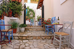 Вино и виноградины на улице таблицы в Parga стоковая фотография rf