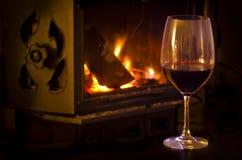 Вино и камин стоковые изображения rf