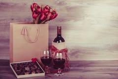 Вино и коробка шоколадов Стоковые Фотографии RF