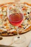Вино и пицца стоковое изображение