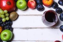 Вино и плодоовощ на таблице стоковое изображение rf