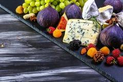 Вино и сыр с натюрмортом смокв Космос текстового участка стоковые изображения rf