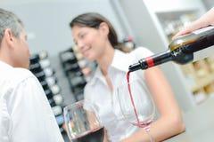 Вино кельнера лить для пар стоковые изображения rf