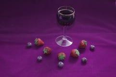 Вино, клубники и голубики Стоковые Изображения