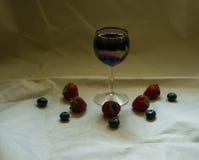 Вино, клубники и голубики Стоковое Изображение RF