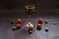 Вино, клубники и голубики Стоковая Фотография RF