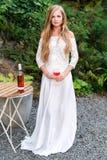 Вино красивой женщины выпивая в кафе outdoors Портрет молодой белокурой красоты в виноградниках имея потеху, наслаждаясь a Стоковые Изображения