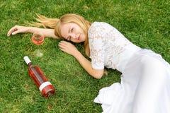 Вино красивой женщины выпивая outdoors Портрет молодой белокурой красоты в виноградниках имея потеху, наслаждаясь стеклом  Стоковые Фото