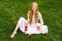 Вино красивой женщины выпивая outdoors Портрет молодой белокурой красоты в виноградниках имея потеху, наслаждаясь стеклом  Стоковое Изображение