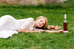 Вино красивой женщины выпивая outdoors Портрет молодой белокурой красоты в виноградниках имея потеху, наслаждаясь стеклом  Стоковые Изображения RF