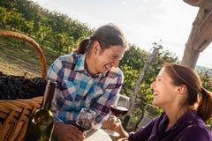 Вино красивых пар выпивая Стоковые Фото