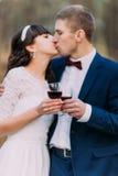 Вино красивых пар свадьбы выпивая, празднуя их замужество стоковые изображения rf