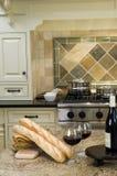 вино кухни острова хлеба багета французское Стоковые Изображения
