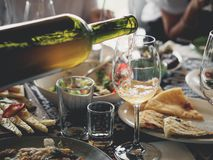 вино лить от бутылки в стекло дома стоковая фотография
