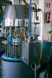 вино машины разливая по бутылкам индустрии Стоковая Фотография RF