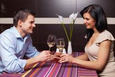 Вино молодых пар выпивая и flirting Стоковое фото RF