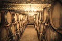 Вино несется погреб стоковые фото